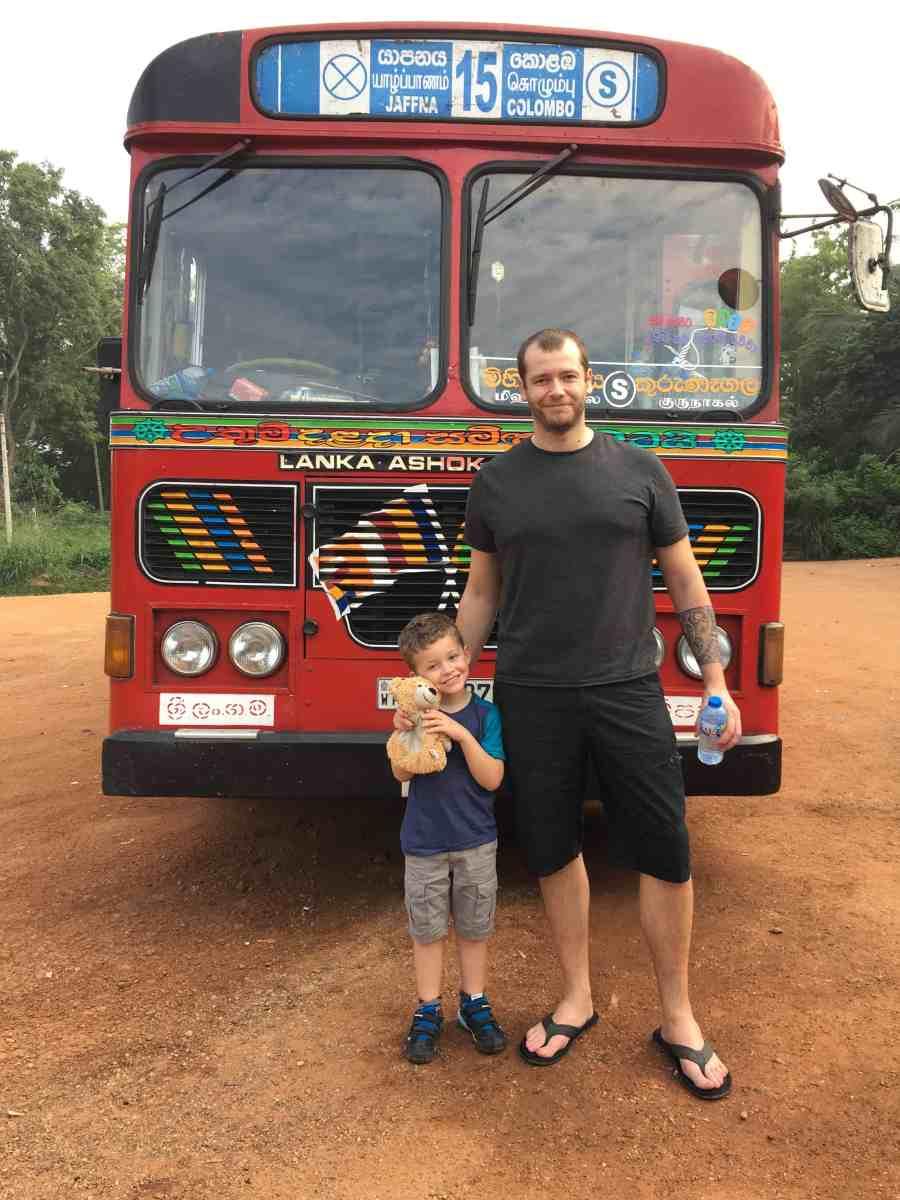 Axel et Jeff devant notre bus rouge entre Colombo et Jaffna