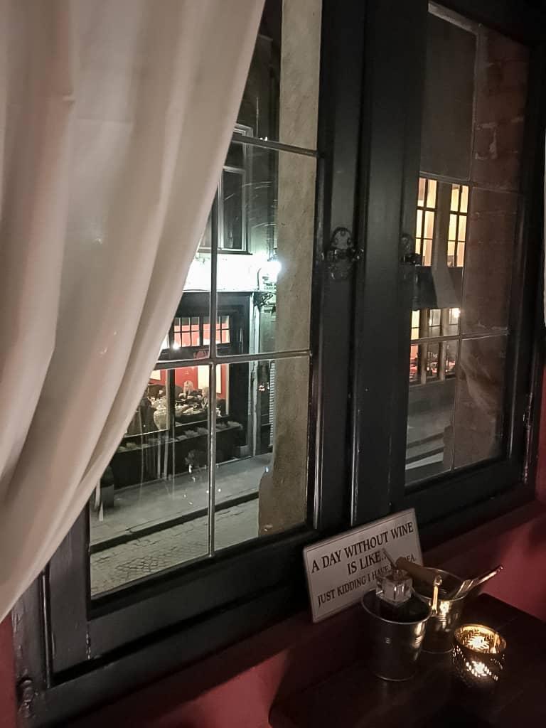 restaurant-fenêtre-soirée-couple