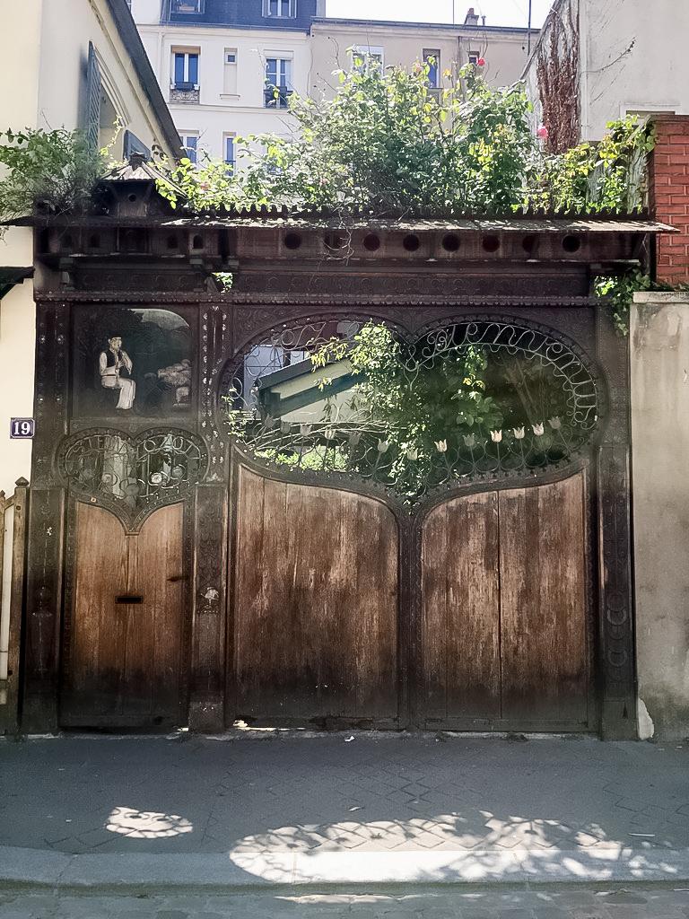 portail-insolite-paris-coeur-fer-bois