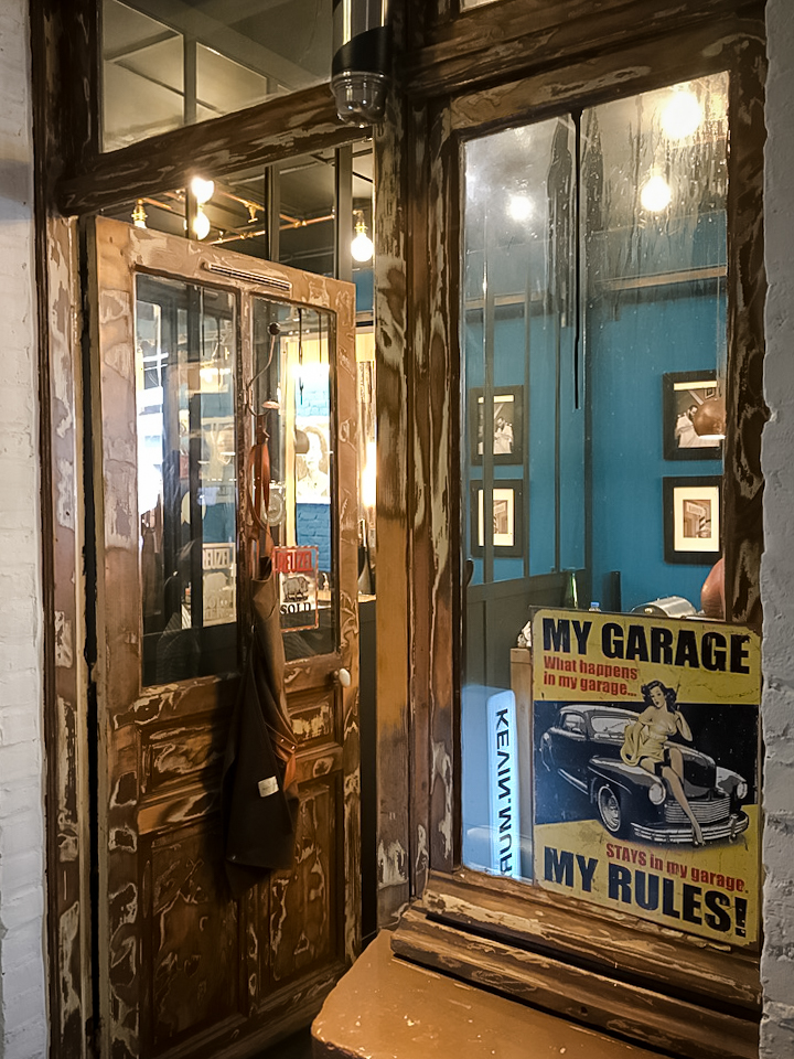 décoration-vintage-industrielle-lumière-brique-porte-gerdan-lens-barbershop-ambiance