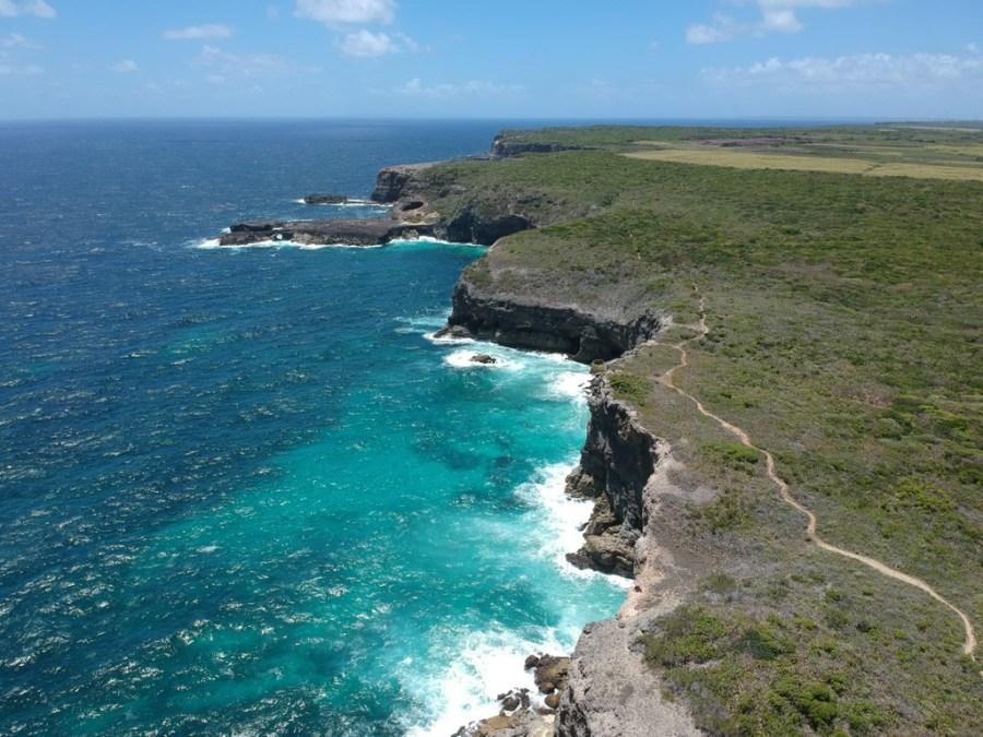 eau-bleue-turquoise-sentier-douaniers-guadeloupe-caraibes-nuances-drone