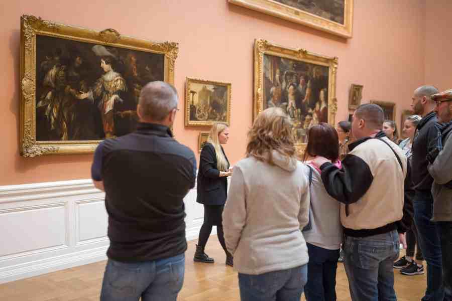 valenciennes-hainaut-visites mystères-autour du louvre lens-musee-beaux arts-tableaux-visiteurs-guide