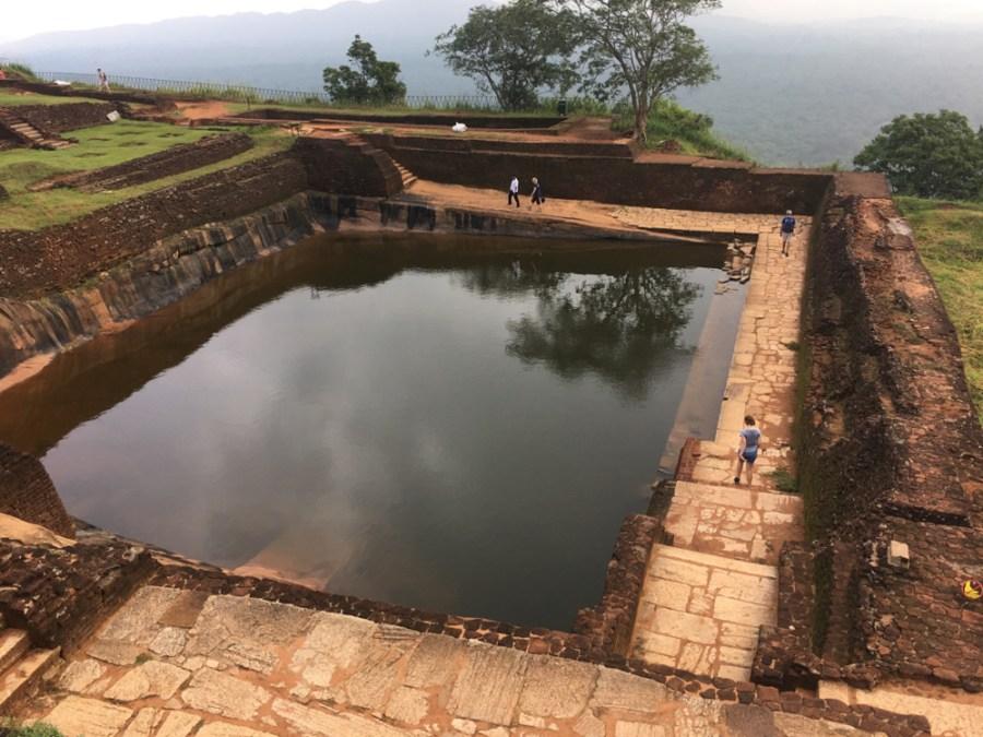 Les ruines d'une piscine au sommet du rocher du lion