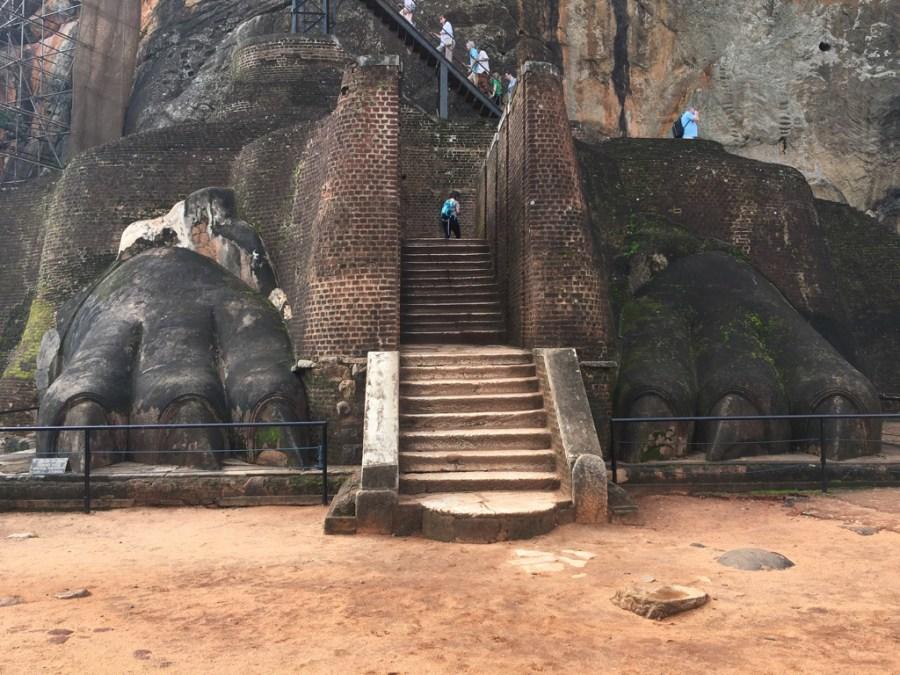 Les derniers escaliers du rocher du lion à sigiriya au Sri Lanka
