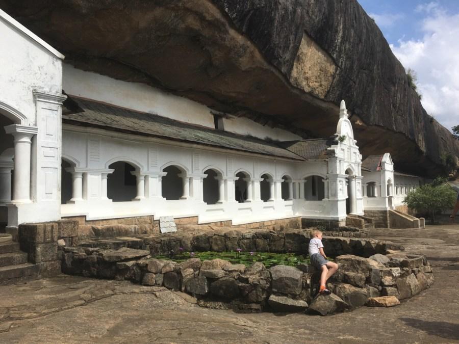 Le bassin des grottes de Dambulla au Sri Lanka