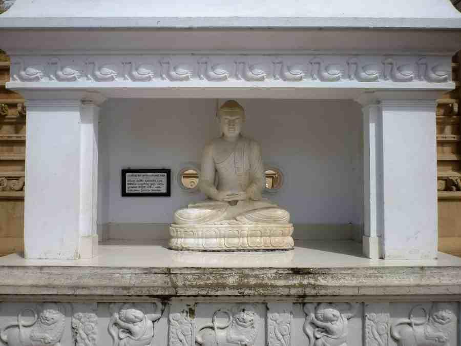 Niche abritant une statue de la dagoba Ruwanwelisaya