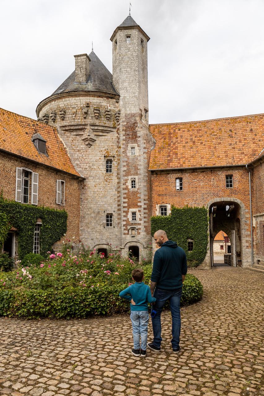 La tour de guet du château d'Olhain en famille