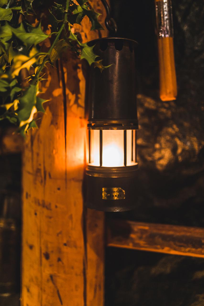 Lampe de mineur en décoration au restaurant Al Fosse 7