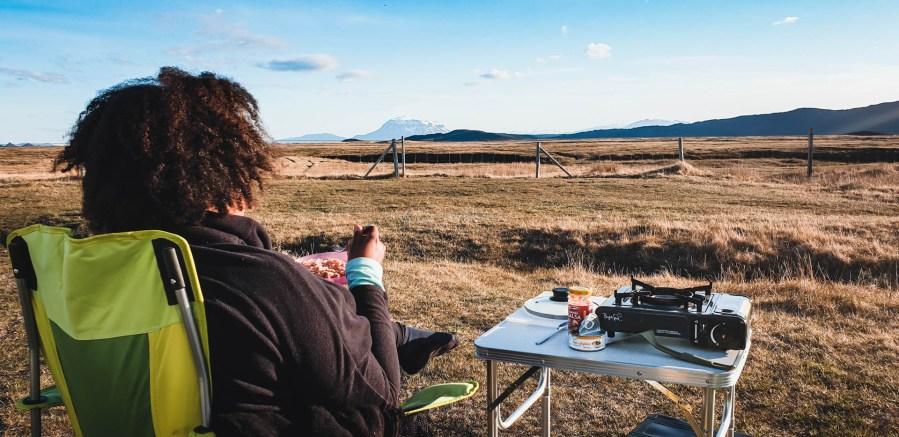 Manger face à un volcan en Islande