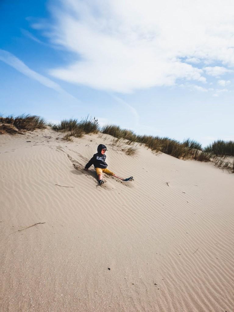 Axel dans les dunes de la plage de Zuydcoote
