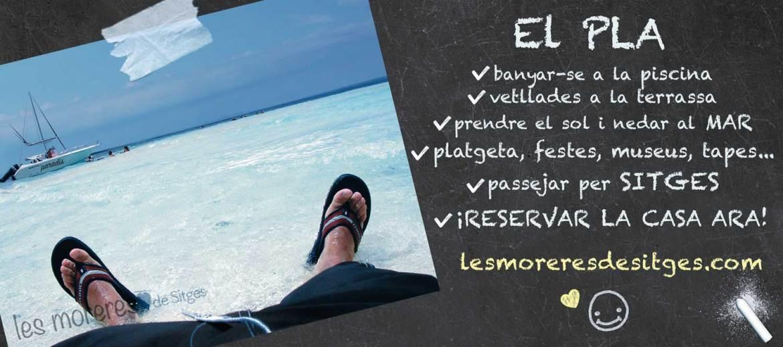 Home relaxat en xancletes assegut a la platja davant del mar, veient un vaixell. El PLA de vacances a Sitges: sorra fina, la mar, piscina, BBQ, oci, relax, gastronomia... Lloguer de vacances.