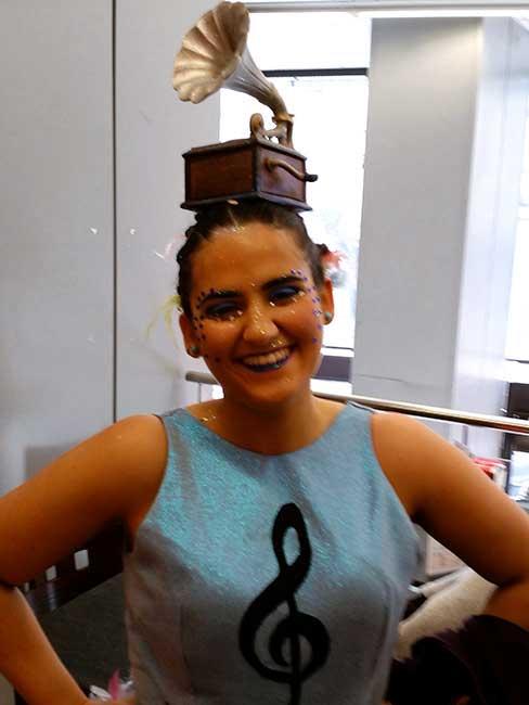Chica vestida de gramófono (lo lleva en la cabeza).