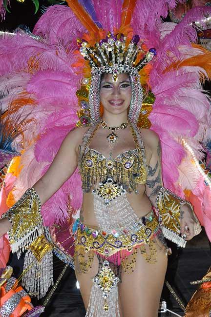 Disfraces exuberantes de dorados y plumas