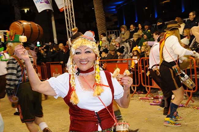 Disfraces tradicionales alemanes en rua.