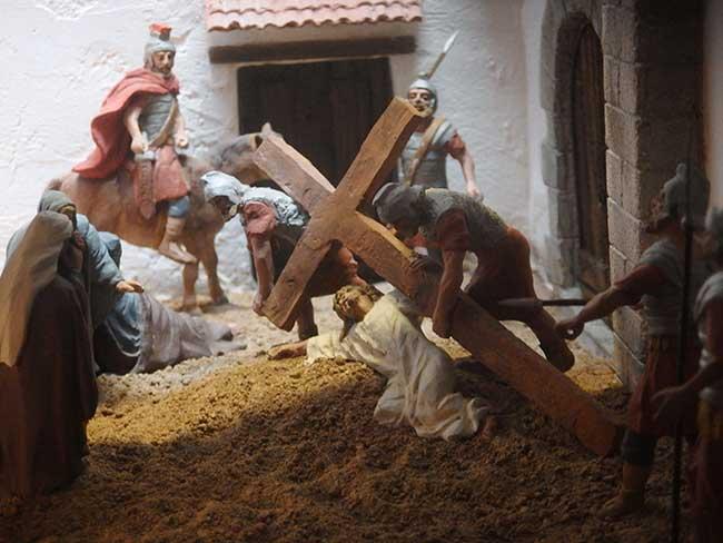 Cristo y la cruz. Detalle de la exposición de dioramas del Calvario de Cristo.