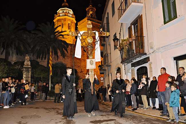 Paso con cruz de la procesión del silencio, en Semana Santa.