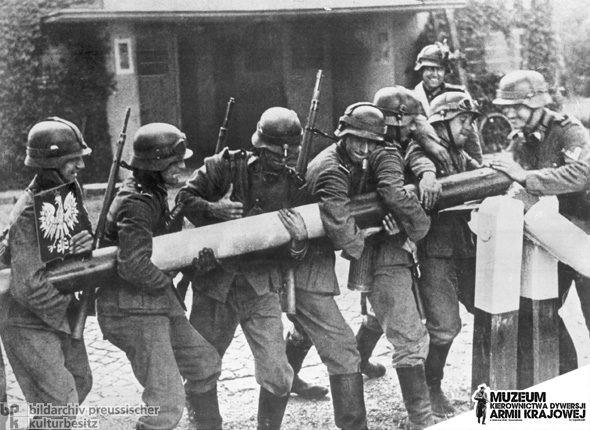 1 września 1939 r. Niemieccy żołnierze niszczą polki szlaban graniczny