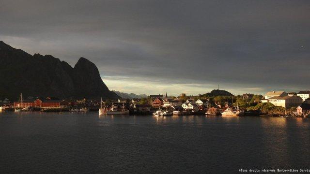 Soleil de minuit en Norvège à Reine, Îles Lofoten