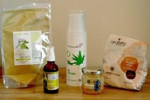 Ingrédients pour fabriquer des masques et gommages naturels : argile, huiles végétales, gel d'aloe vera, miel, huiles végétales