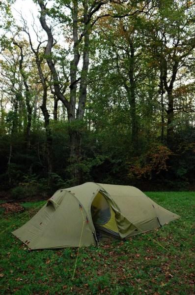 Bivouac dans la forêt au bord de la rigole