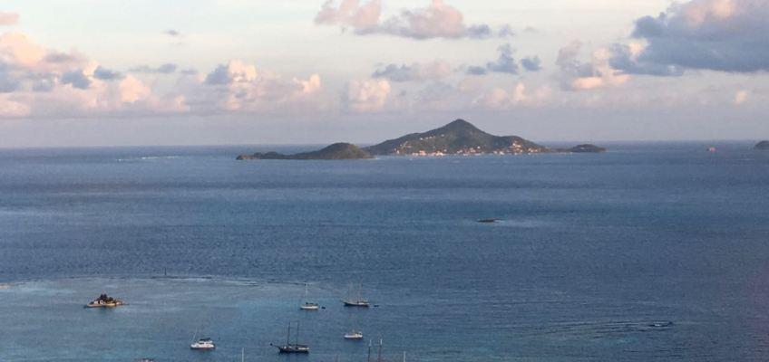 1er plan Happy Island au fond Pt St-Vincent et Petite Martinique