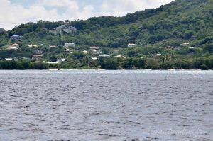 Hillsborough vu de la mer des Caraibes