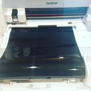 On insère notre vinyle sous les rouleaux d'entrainement de la même façon que pour le tapis de découpe