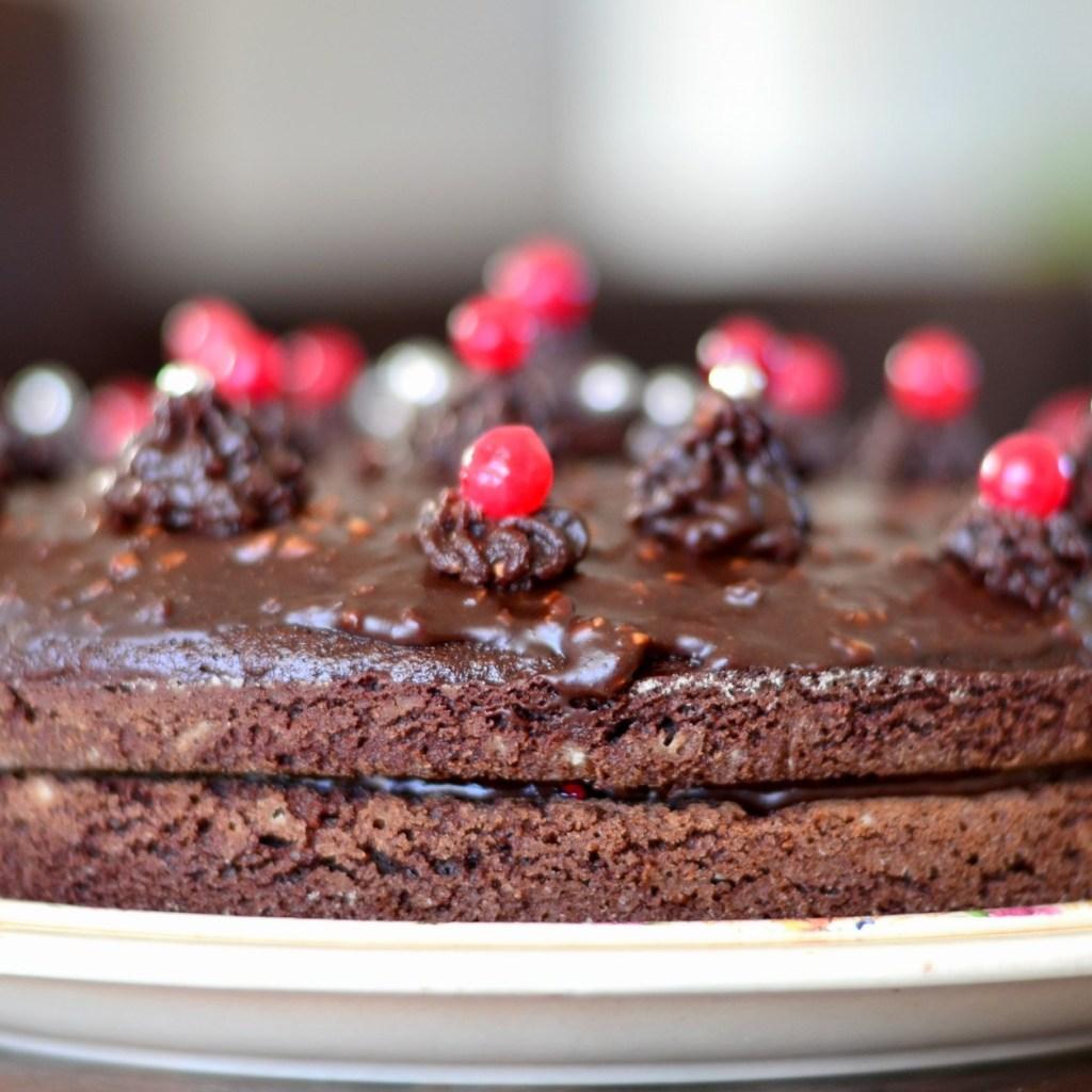 Gâteau de fête au chocolat, pralin et mûres (vegan, sans gluten)