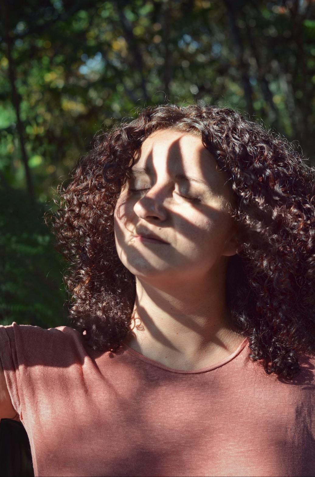 visage femme avec ombre de feuille