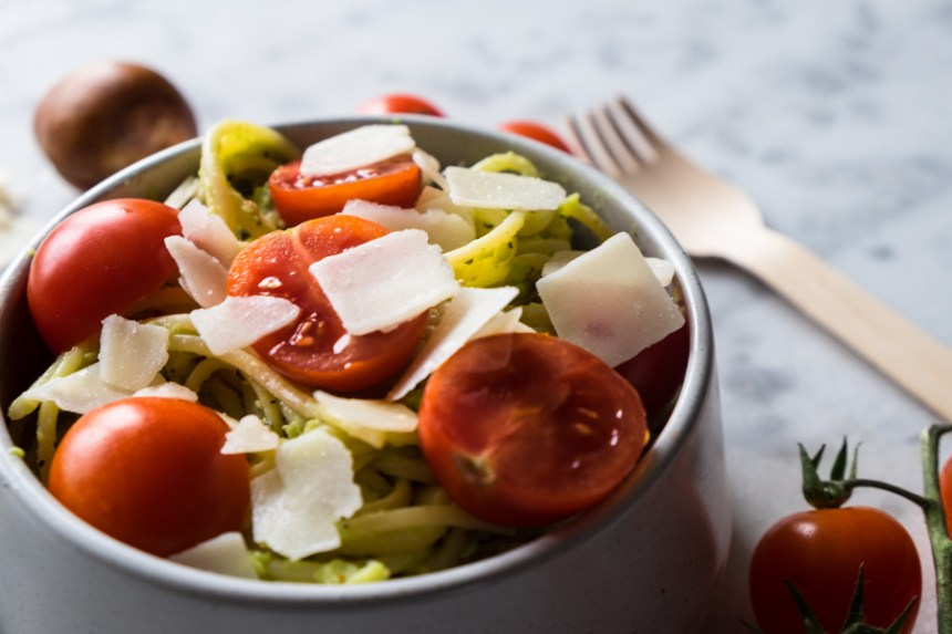 spaghetti-pesto-davocat-et-tomates-cerises-7-8