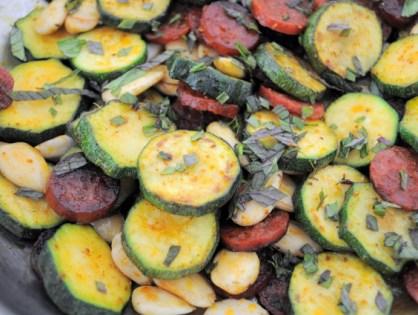 Poêlée de courgettes, amandes, chorizo, curry et menthe fraîche (Frédéric Anton)