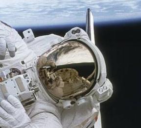 un astronaute en sortie spatiale avec sa combinaison