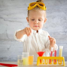 une petite fille mène une expérience de chimie