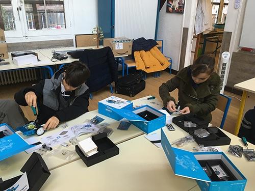 Les enfants assemblent leur robot