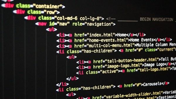 lignes de code informatique sur un écran écrites par un enfant