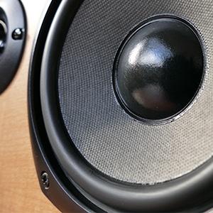 un haut-parleur joue de la musique
