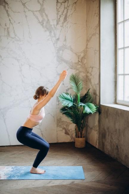 postures de yoga pour muscler votre périnée chaise