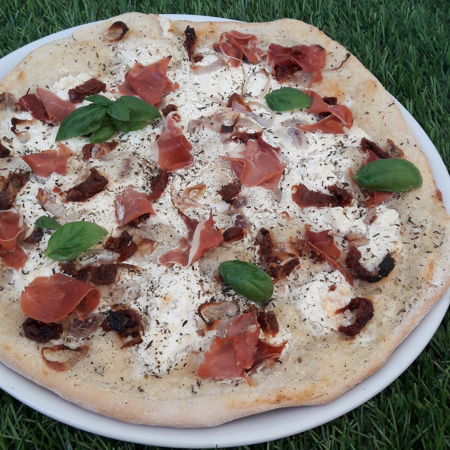 Pizza à la brousse de brebis et tomates séchées