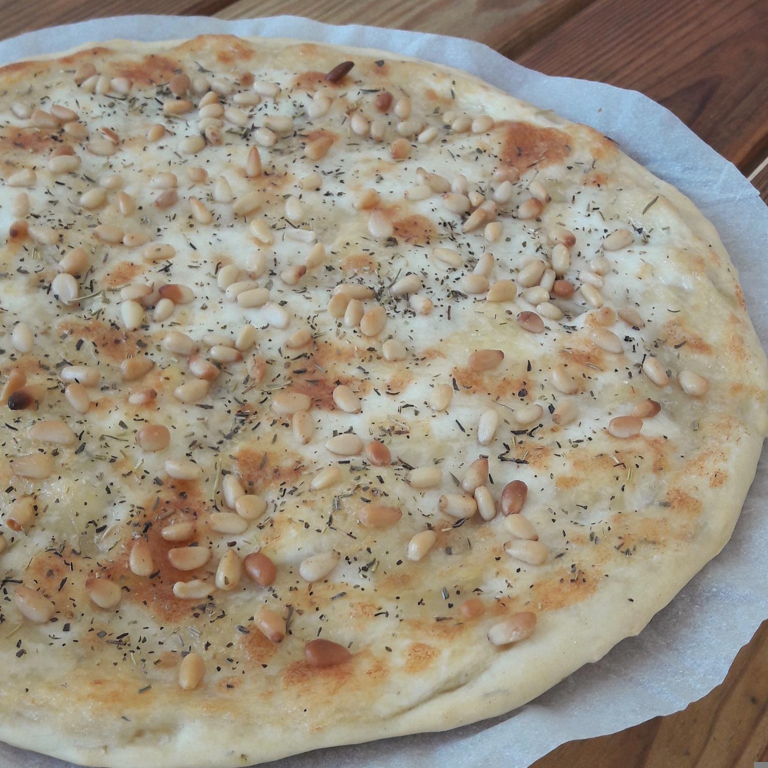 Pizza à la brandade et aux pignons de pin