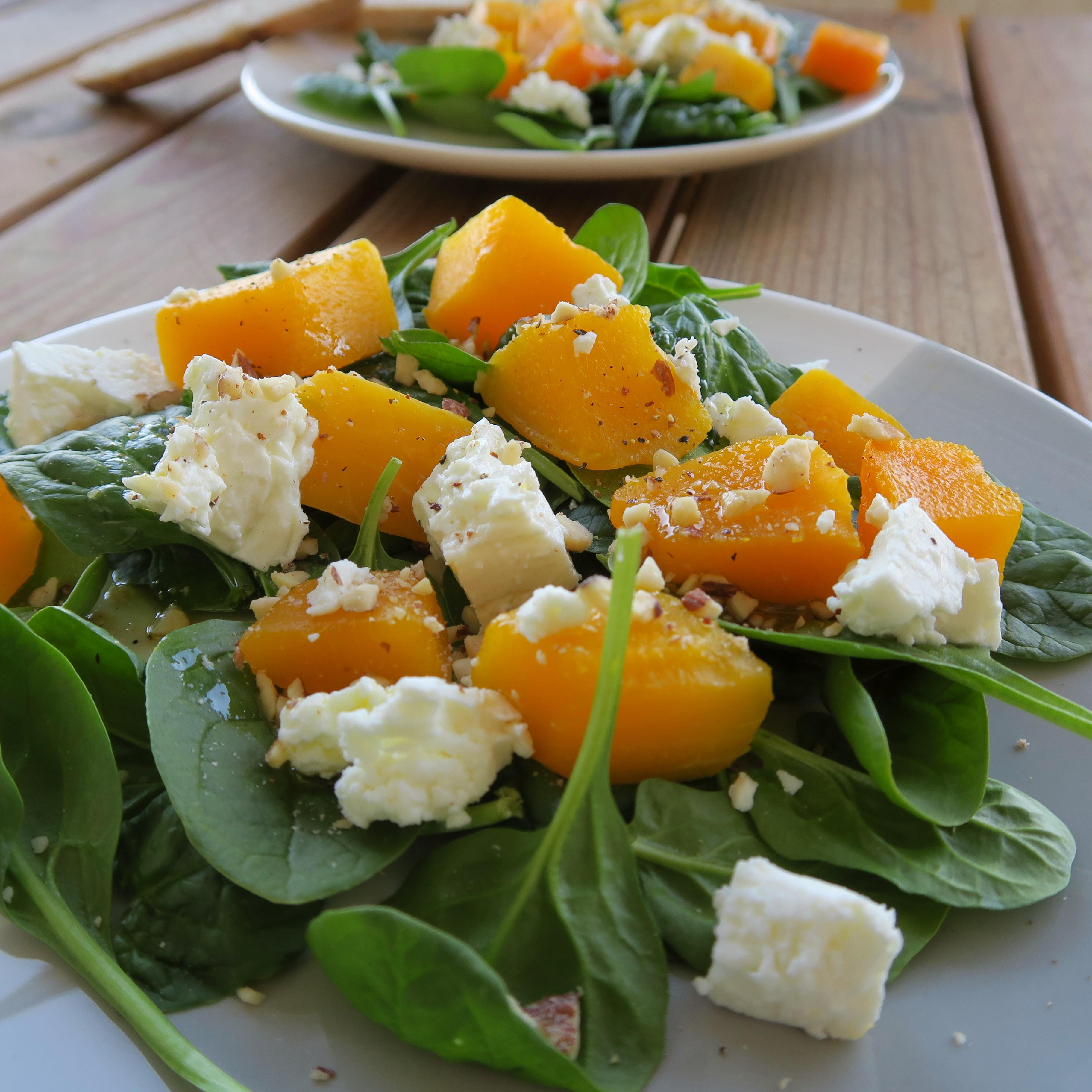 Salade de courge aux épinards frais, fêta et noisette