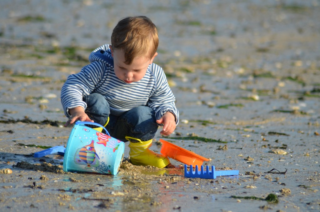 aller à la piscine ou à la plage avec un bébé, astuces et indispensables