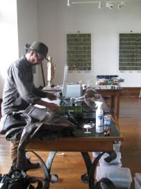 """L'artiste Erik Samakh dans son atelier ; """"Studiolo"""", Erik SAMAKH, 2015 ; expo de fin de """"Résidence de l'Art en Dordogne""""-Biennale EpHémères #5 ; château de Monbazillac ; photo ©Les Rives de l'Art"""
