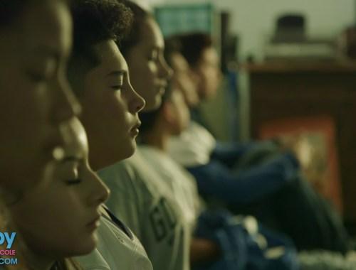 """Photo d'enfants qui méditent en classe, extraite du film documentaire """"Happy, la méditation à l'école"""" aux éditions Jupiter films"""