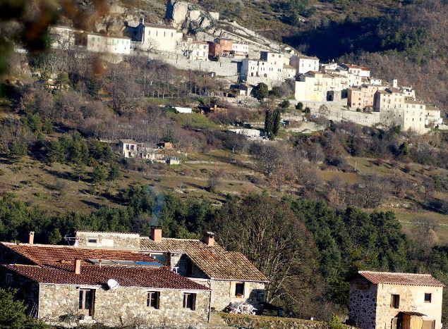 les gîtes et le village derrière