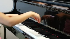 Jeune enfant au piano