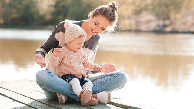 le petit enfant peur s'initier à la musique avec sa maman.