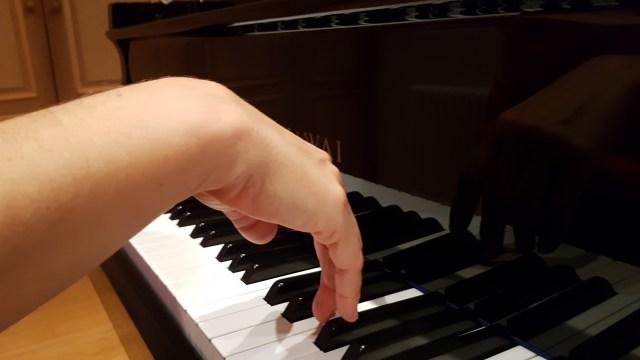 Main poignet souple au piano