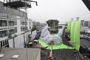 """Le tournage d'Inception a coûté environ 160 millions de dollars. Très peu d'effets numériques en comparaison avec les blockbusters hollywoodiens. Christopher Nolan est un artificier qui préfère le réalisme des effets """"mécaniques"""". Une exigence largement rentabilisée : le film permet aux studios d'engranger plus de 820 millions de dollars."""