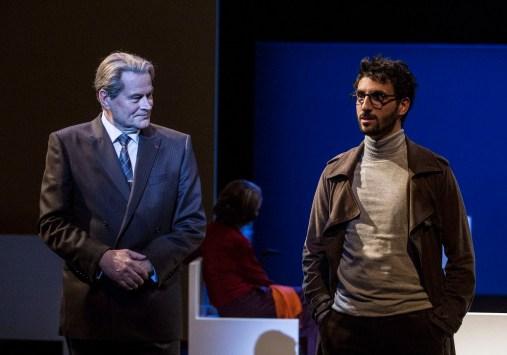 Philippe Dusigne (André Bettencourt) et Clément Carabédian (Chroniqueur) © Michel Cavalca