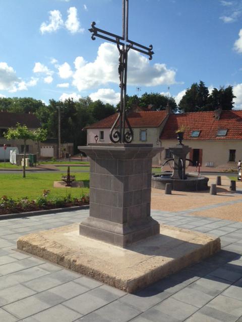 les-trois-taillants-fontaine-piedestal-pierre-volvic